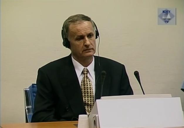 Radislav Krstić klausosi nuosprendžio Jugoslavijos tribunole, 2001 m. rugpjūčio 2 d.