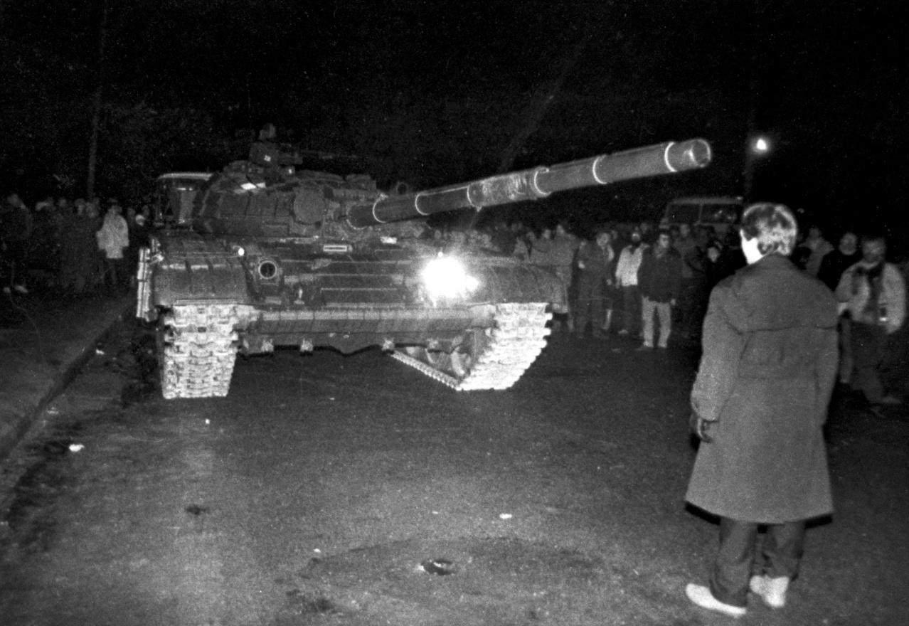 Prie Vilniaus televizijos bokšto 1991 m. sausio 13-osios naktį. A. Petrulevičiaus nuotrauka. LCVA, 0-112129